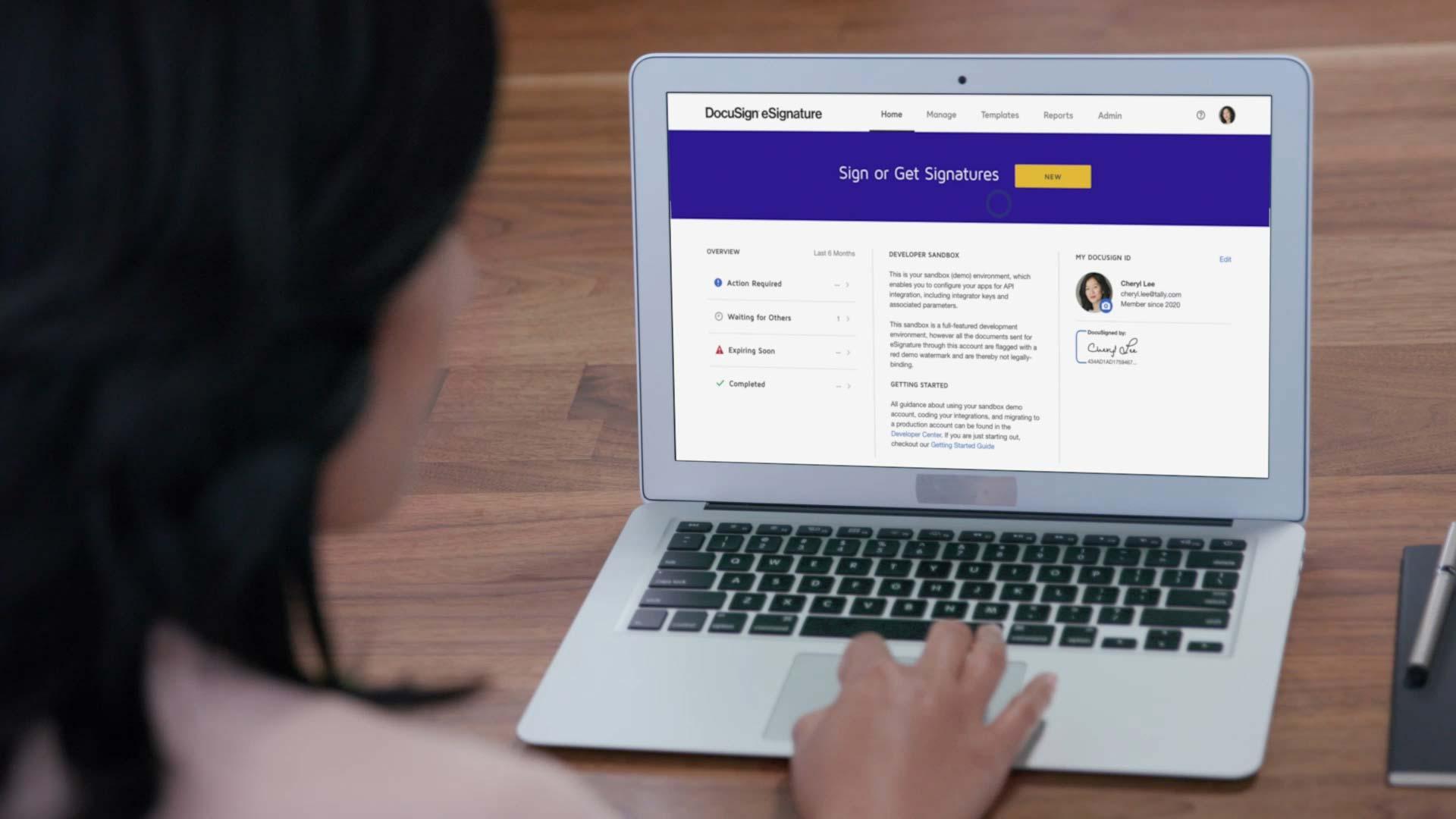 Frau arbeitet mit einem Macbook Air und benutzt DocuSign eSignature