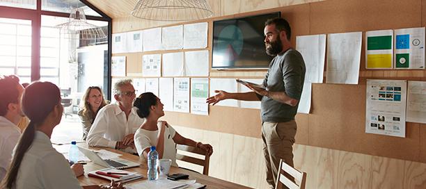 Ein Mann, der einen Workshop mit einem Team leitet.