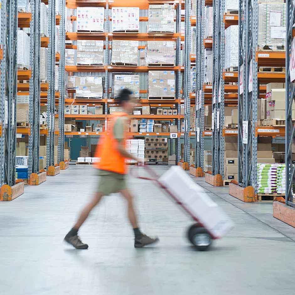 Dank der DocuSign Agreement Cloud für den Einkauf können Lagermitarbeiter Fulfillment-Anfragen schnell ausführen.