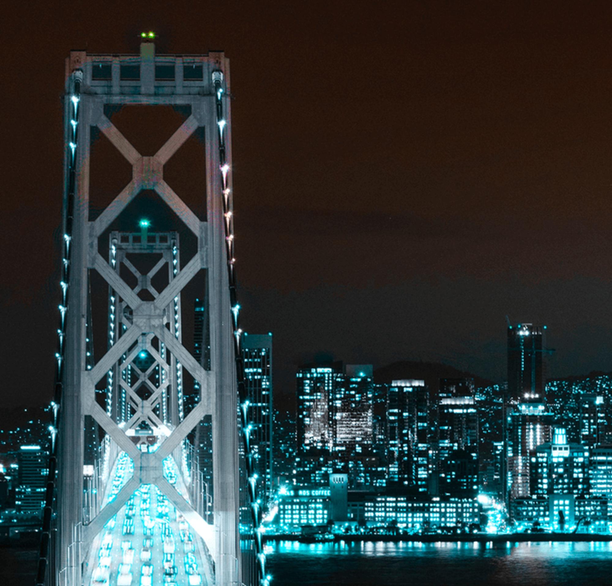Das nächtliche Panorama von San Francisco mit dem Salesforce Tower
