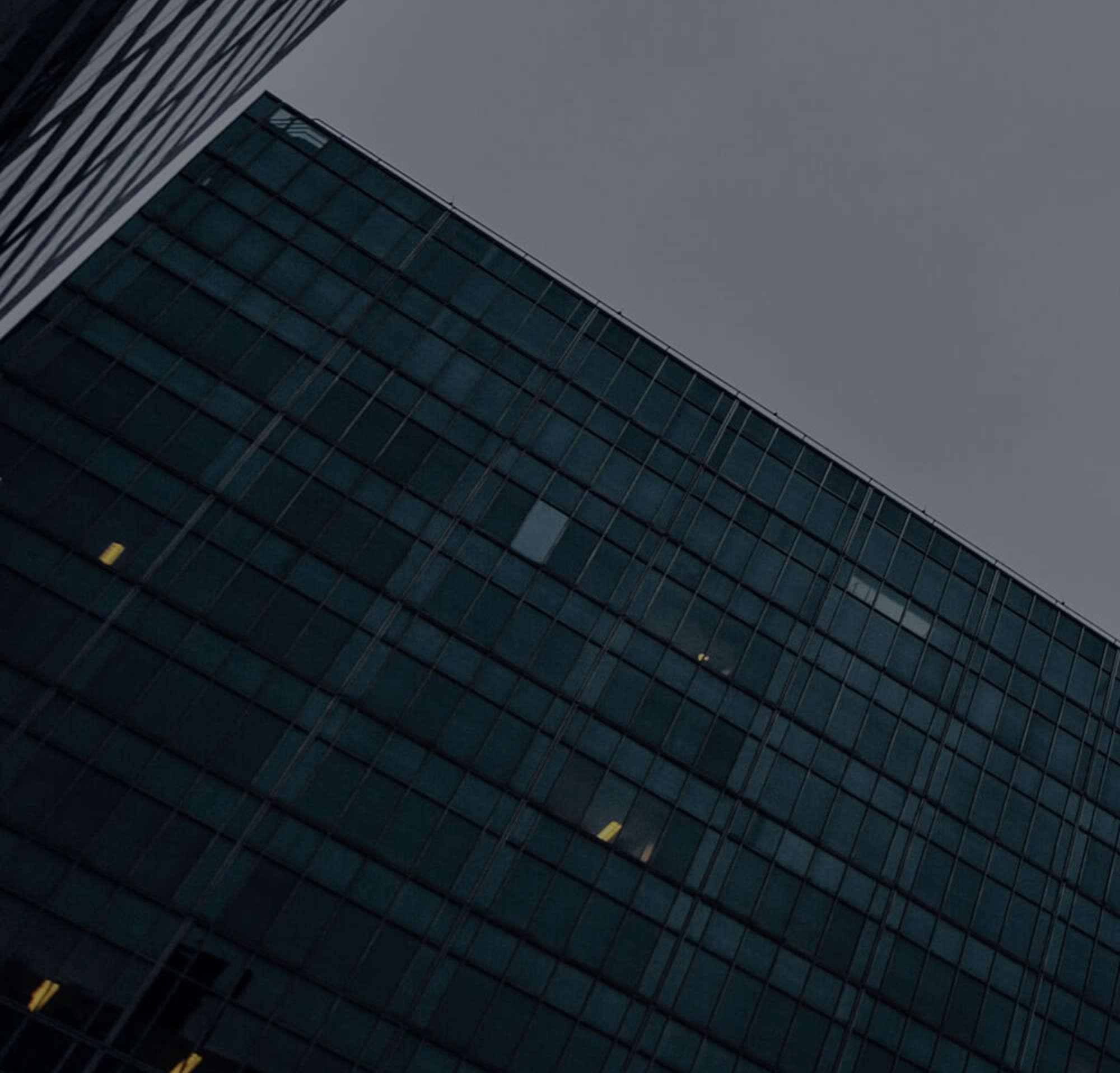 Hohe Bürogebäude, die die Kundenstandorte der Rechtsabteilung von DocuSign darstellen.