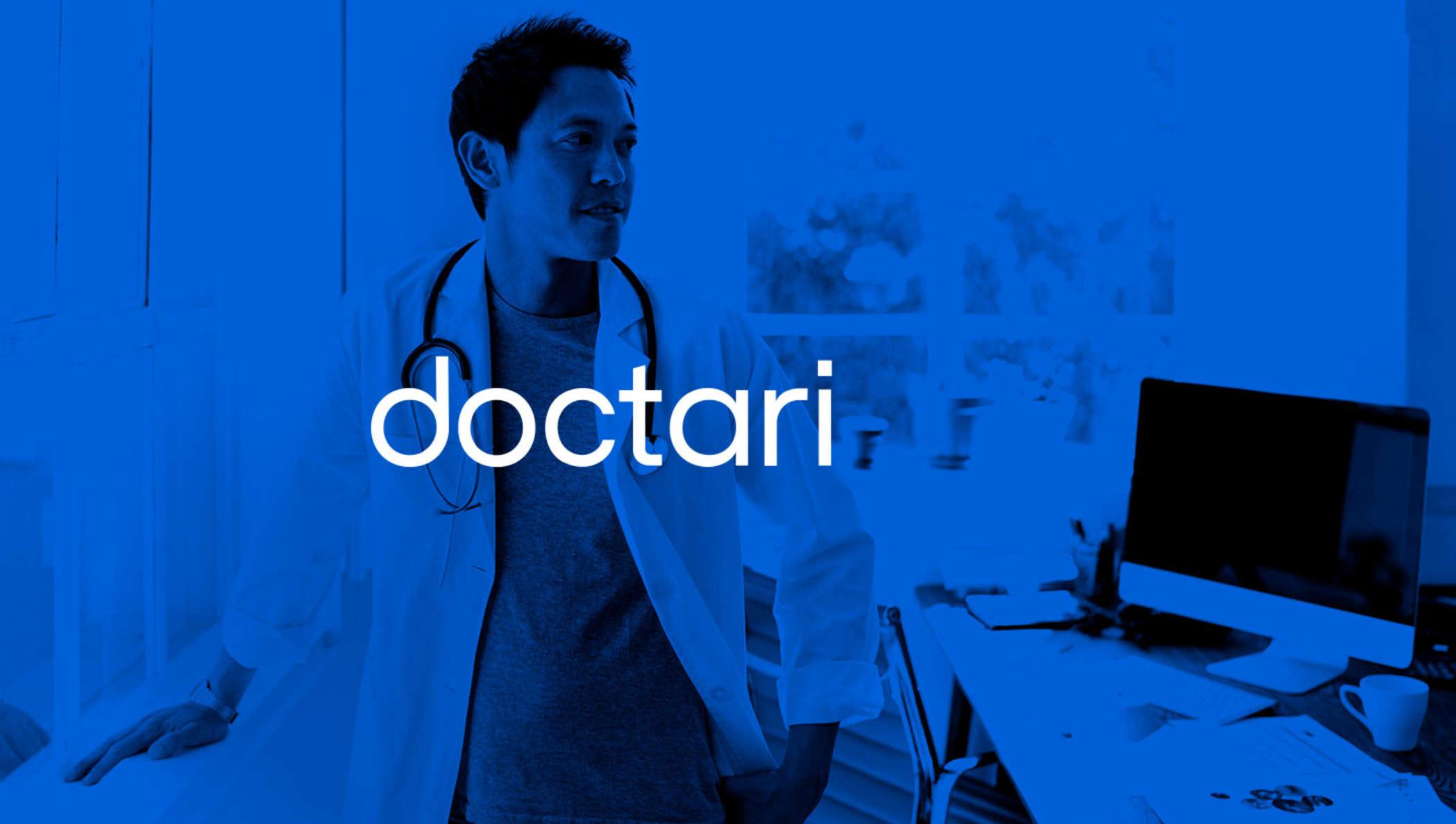Ein Doktor in einem Raum (blau bearbeitetes Foto)
