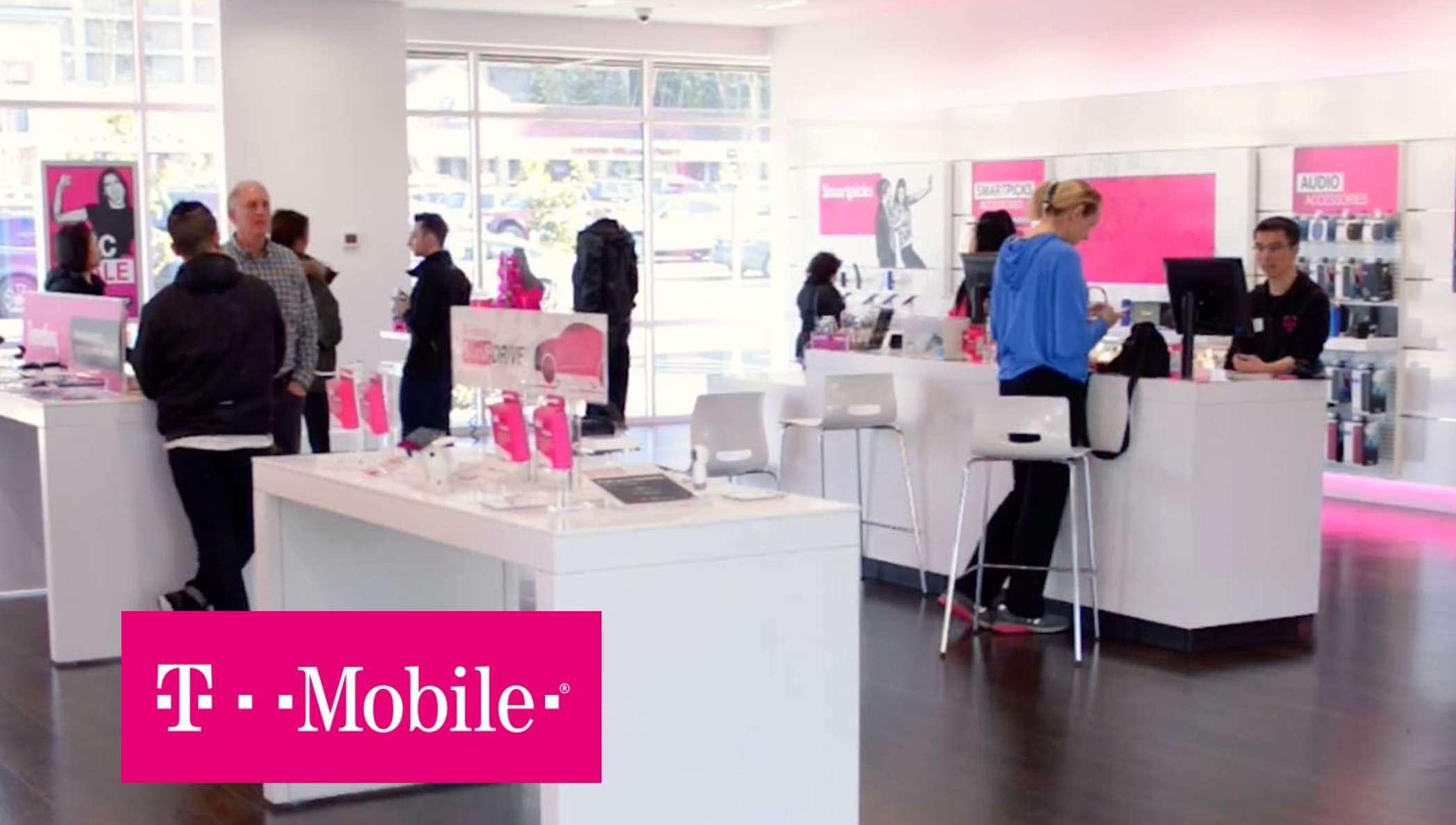 Ein T-Mobile Geschäft mit Mitarbeitern, die Kunden beraten