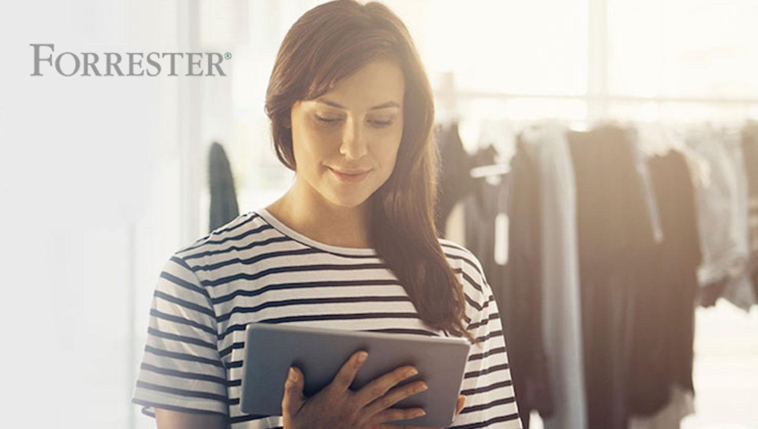 Eine Frau liest auf ihrem iPad