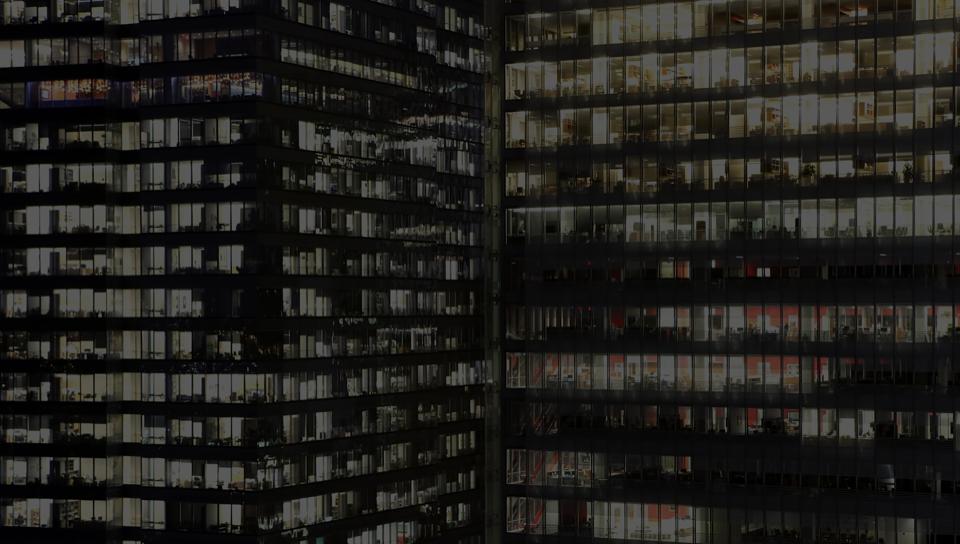 Bürogebäude mit Glasfenstern und einer großen Rechtsableitung, die DocuSign verwendet.